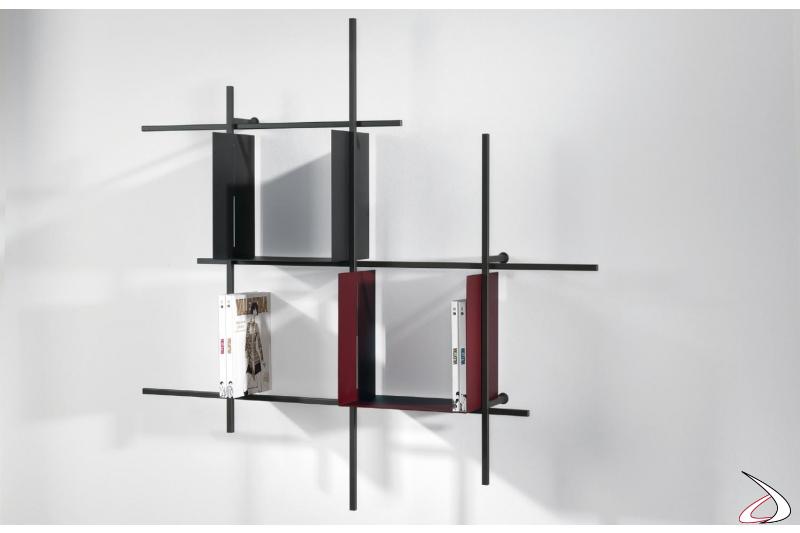 Libreria di design sospesa a parete con contenitori in acciaio colorato. Composizione 1, misura 130 x 130 x 15 cm.