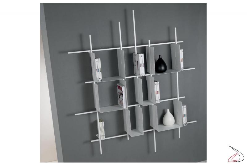 Reticolo libreria quadrata bianca sospesa a muro da soggiorno