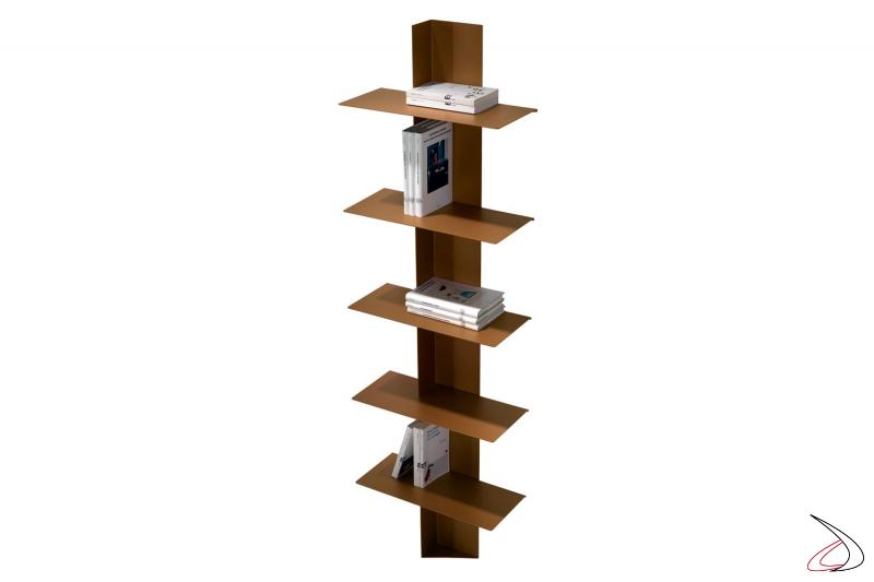 Libreria verticale alta in metallo colorato rame con ripiani