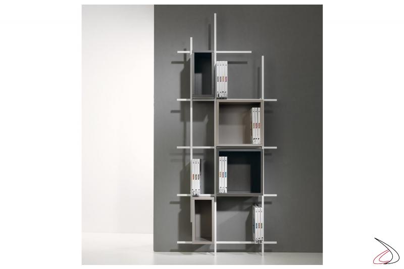 Libreria moderna verticale bianca con cubi contenitori. Composizione 33, misura 77 x 187 x 15 cm.