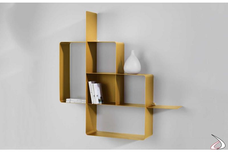 Libreria design in metallo colore oro sospesa a parete, un modulo.