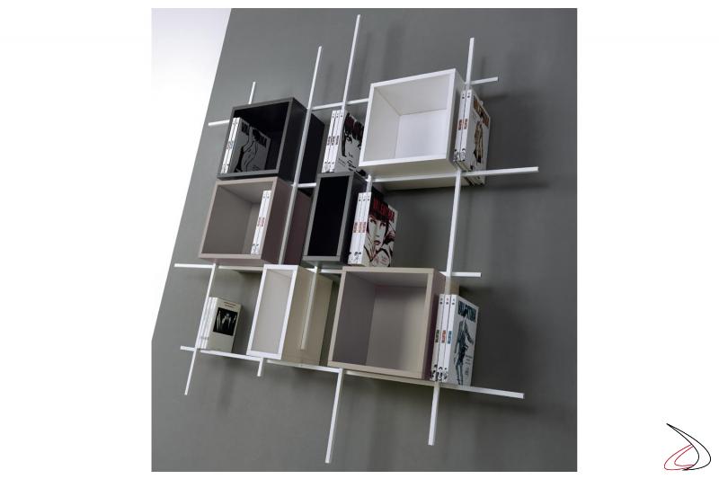 Libreria tubolare di design colorata con cubi contenitori. Composizione 32, misura 164 x 185 x 15 cm.