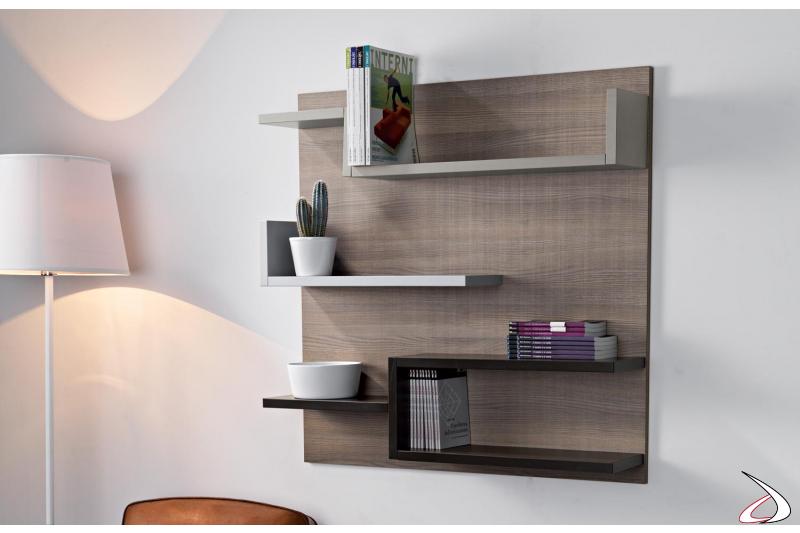 Libreria a muro sospesa in legno con ripiani colorati