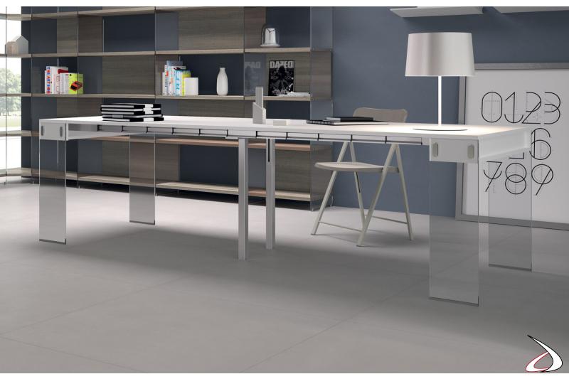 Tavolo consolle di design con gambe in vetro e piano in laminato