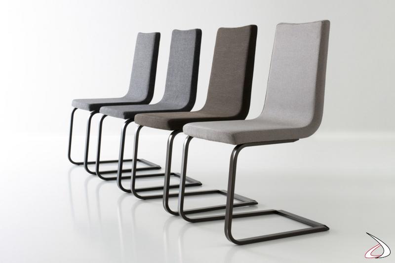 Sedia imbottita di design con gambe a slitta e schienale alto