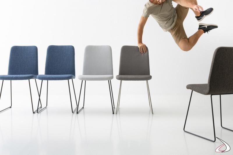 Sedia su slitta da soggiorno con seduta imbottita rivestita in tessuto