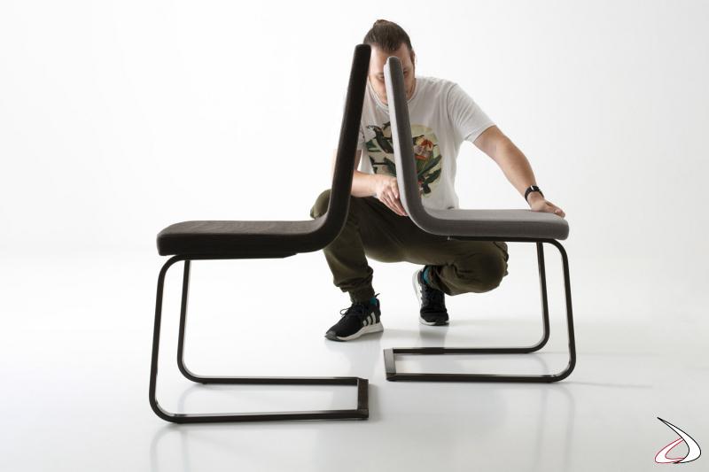 Sedia moderna imbottita su slitta rivestita in tessuto o in pelle