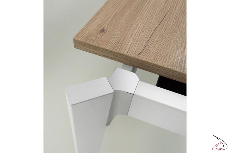 Tavolo allungabile di design con struttura bianca, angoli in acciaio inox e piano in laminato