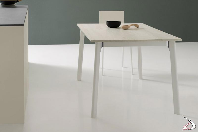 Tavolo piccolo allungabile da cucina per 8 persone con gambe in metallo