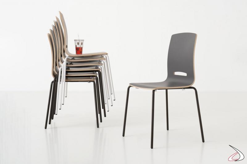 Sedia impilabile moderna da cucina con gambe in metallo nero e seduta in legno