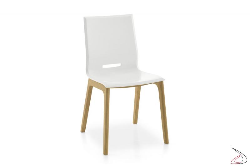 Sedia design in polipropilene bianca da soggiorno con gambe in legno rovere