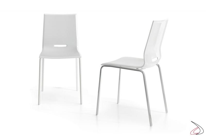 Sedia bianca in polipropilene da soggiorno con gambe in metallo