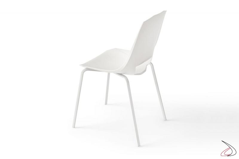 Sedia bianca di design da soggiorno con gambe in metallo e seduta in polipropilene