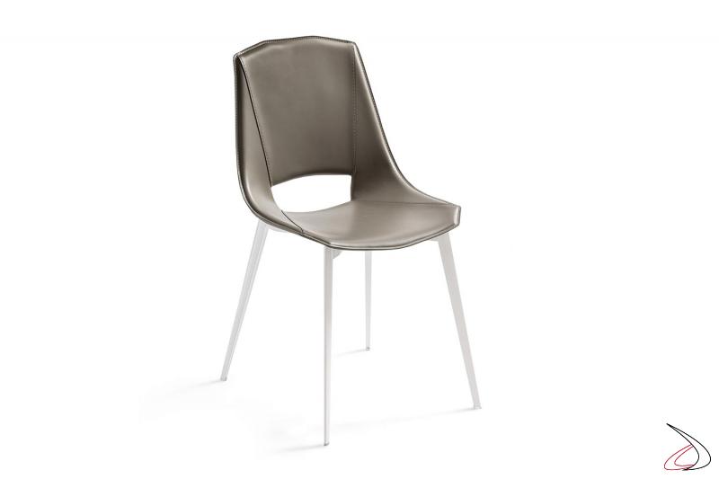 Sedia di design in cuoio rigenerato cognac con gambe in alluminio bianche