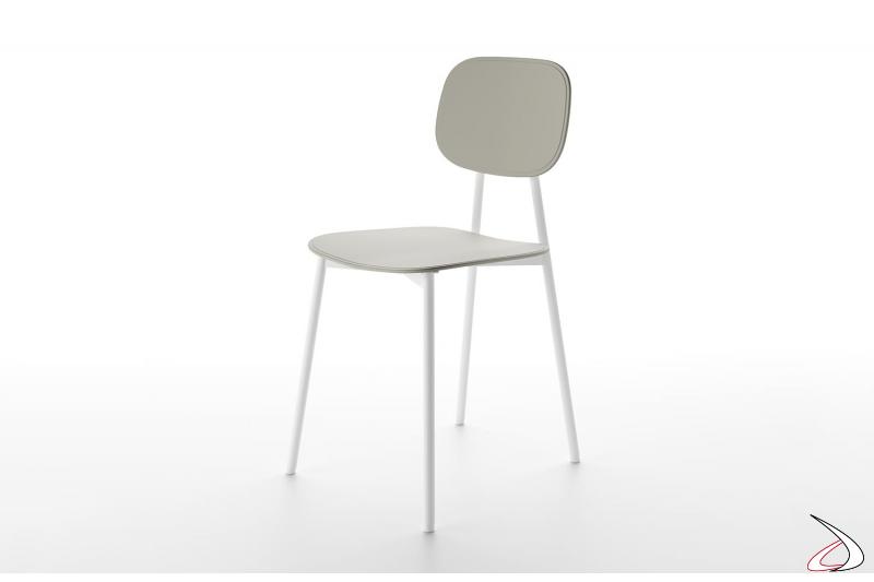 Sedia di design con struttura in tubolare metallico, seduta e schienale in polipropilene