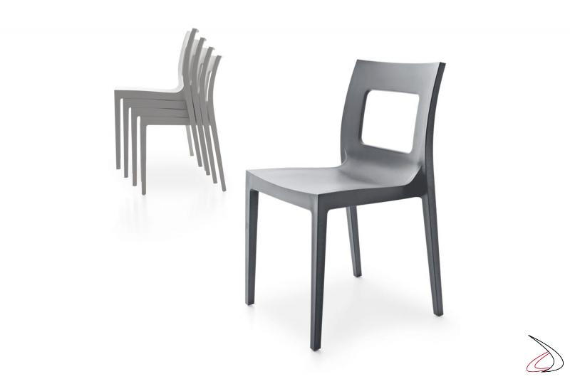 Sedia leggera impilabile in polipropilene con schienale forato per tavolo da pranzo