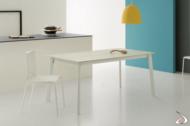 Tavolo piccolo allungabile da cucina con gambe in metallo e piano in melaminico