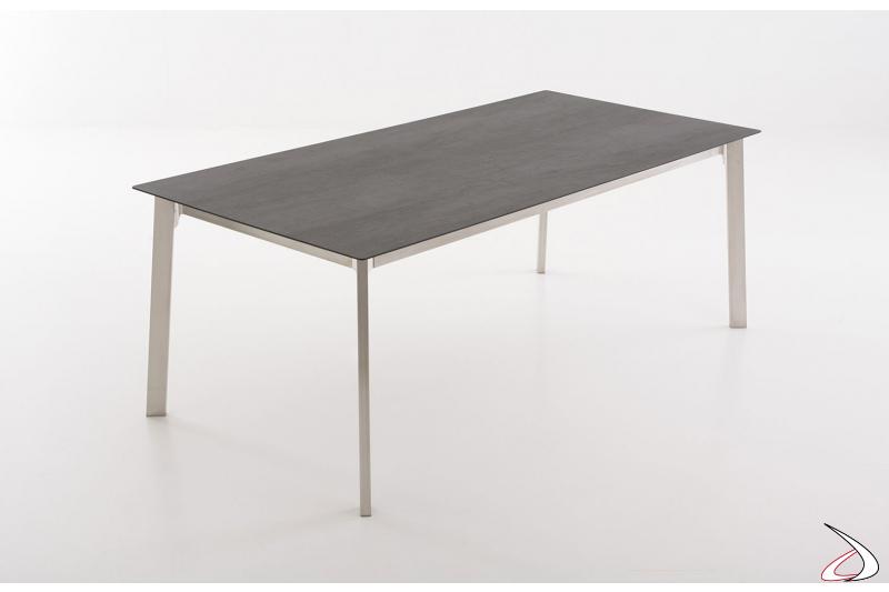 Tavolo moderno allungabile con piano in ceramica oxide e gambe in acciaio inox