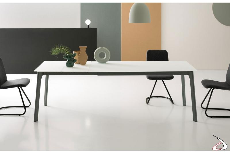 Tavolo soggiorno moderno in vetro bianco opaco allungabile con struttura in ghisa