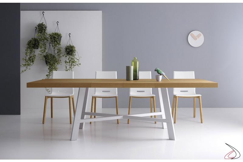 Tavolo allungabile design con piano in legno e basamento centrale bianco