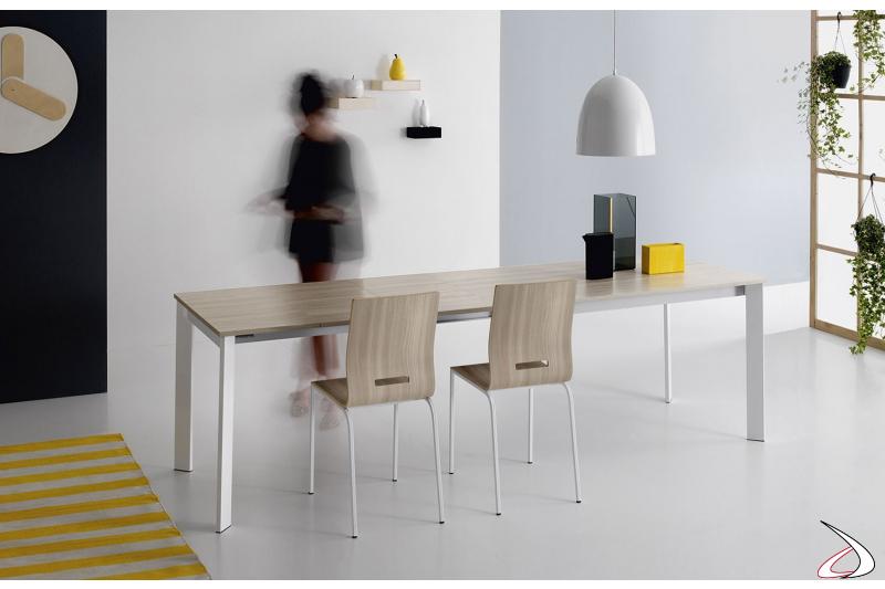 Tavolo cucina allungabile moderno con gambe in laminato e gambe in metallo