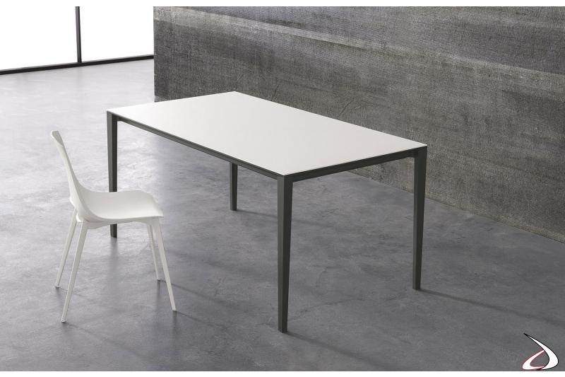 Tavolo di design in ceramica oxide bianca con gambe in alluminio grigio