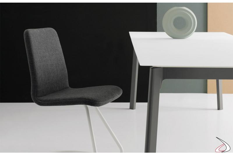 Tavolo design in vetro bianco allungabile con gambe in metallo verniciate ghisa