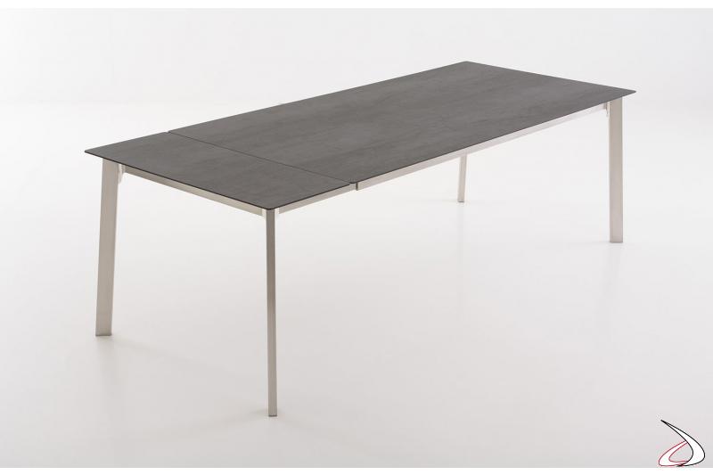 Tavolo allungabile con 1 allunga in tinta con il piano in ceramica e gambe in acciaio