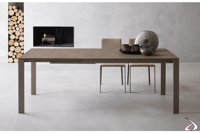 Tavolo cucina moderno con 3 allunghe e con gambe in metallo perimetrali