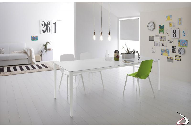 Tavolo bianco di design allungabile con piano in laminato cleaf e gambe in alluminio