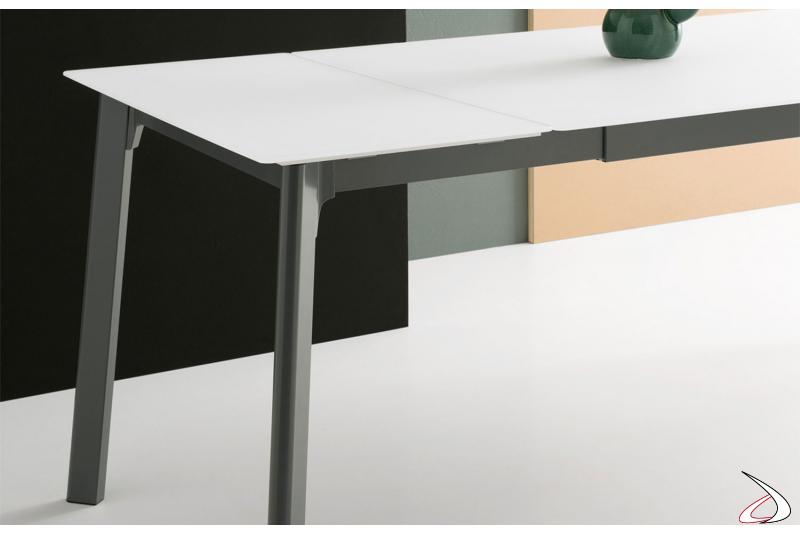 Tavolo in vetro bianco opaco di design allungabile con struttura in metallo ghisa