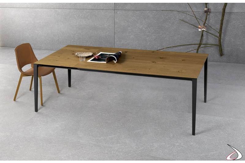Tavolo moderno allungabile in impiallacciato rovere cotto con gambe in alluminio nero
