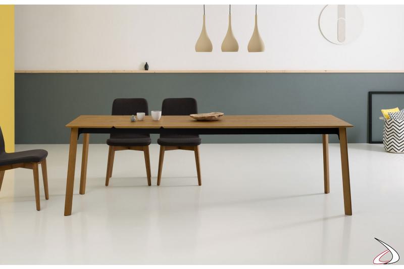 Tavolo allungabile di design in impiallacciato rovere cotto con struttura nera opaca