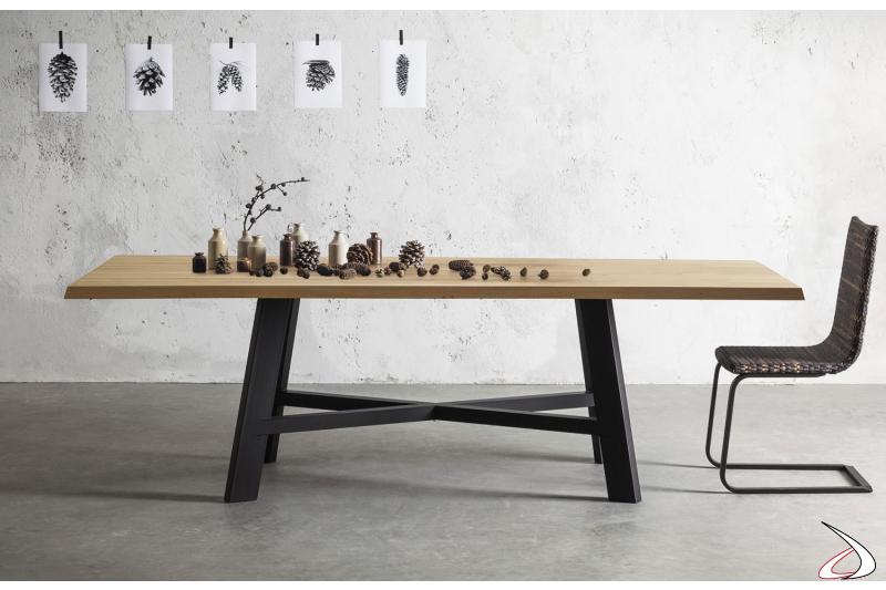 Tavolo fisso di design da soggiorno con basamento centrale nero e piano in legno scortecciato