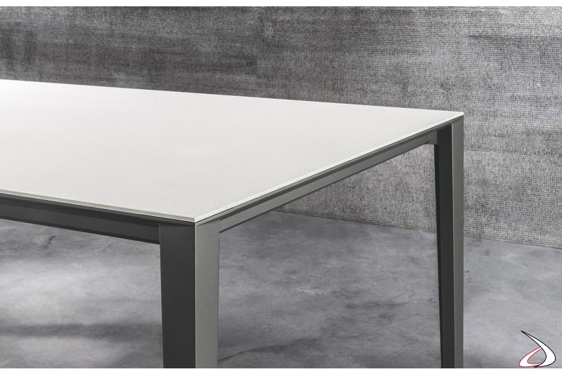 Tavolo in fenix bianco allungabile di design con gambe in alluminio grigio