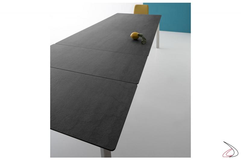 Tavolo in ceramica pietra di savoia antracite allungabile con gambe in acciaio