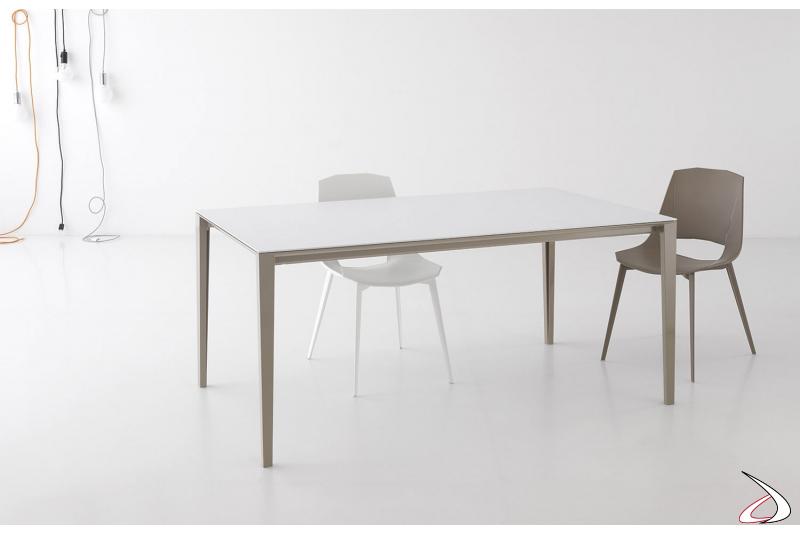 Tavolo soggiorno allungabile moderno bianco con gambe in alluminio perimetrali