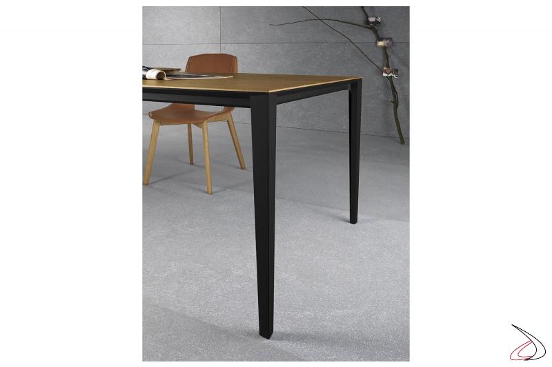 Tavolo moderno in impiallacciato allungabile per 8 persone con gambe nere
