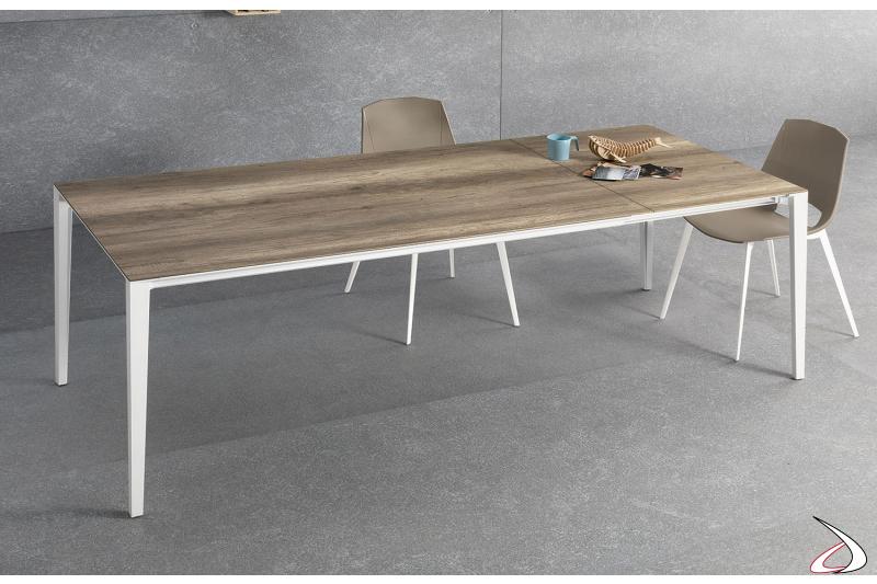 Tavolo allungabile da soggiorno con piano in laminato e gambe bianche in alluminio