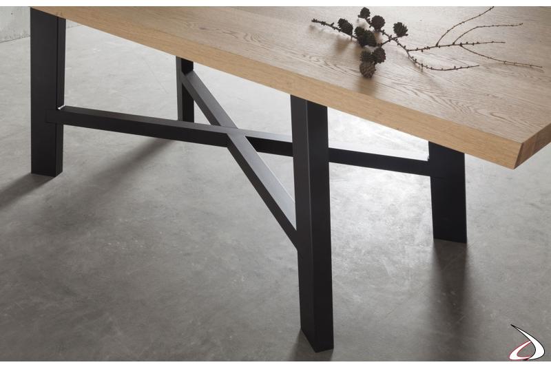 Tavolo moderno in legno con basamento centrale in metallo verniciato