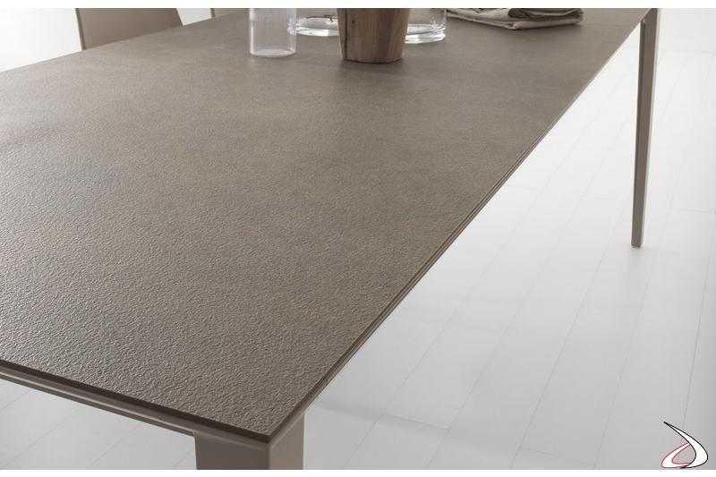 Tavolo soggiorno allungabile moderno in colore tortora con gambe in alluminio