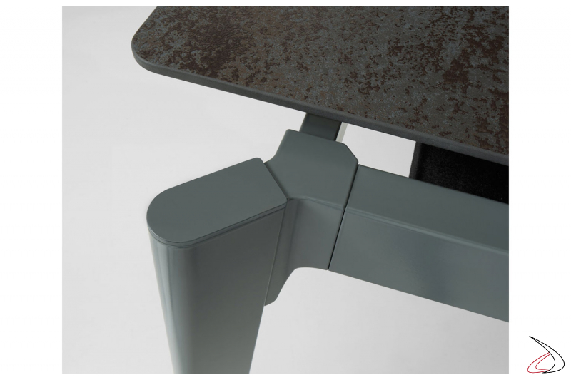 Tavolo di design allungabile con struttura in metallo verniciato e piano in ceramica