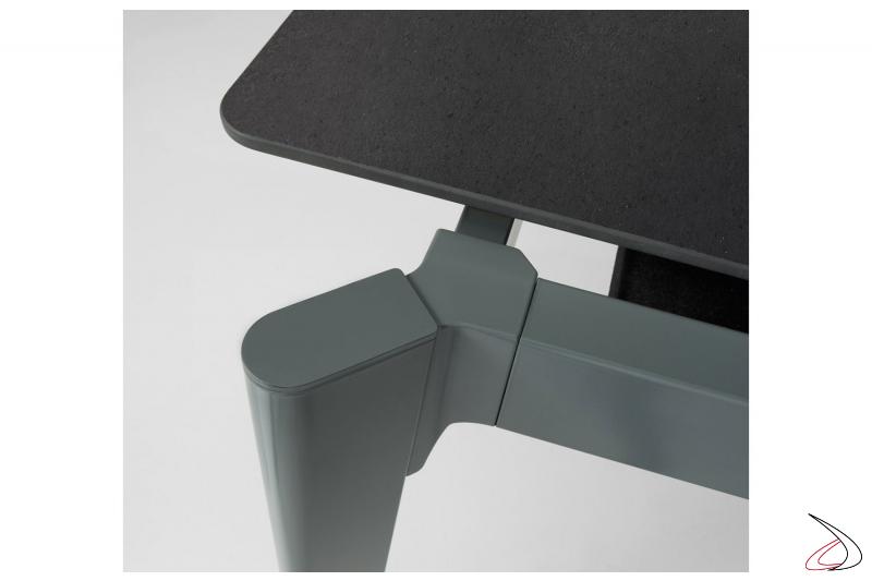 Tavolo di design allungabile con struttura in metallo verniciato e piano in fenix