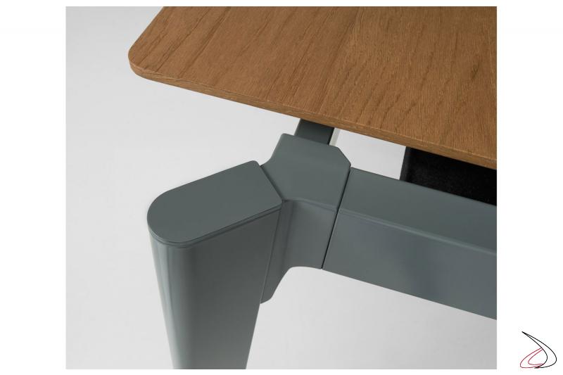 Tavolo di design allungabile con struttura in metallo verniciato e piano in impiallacciato