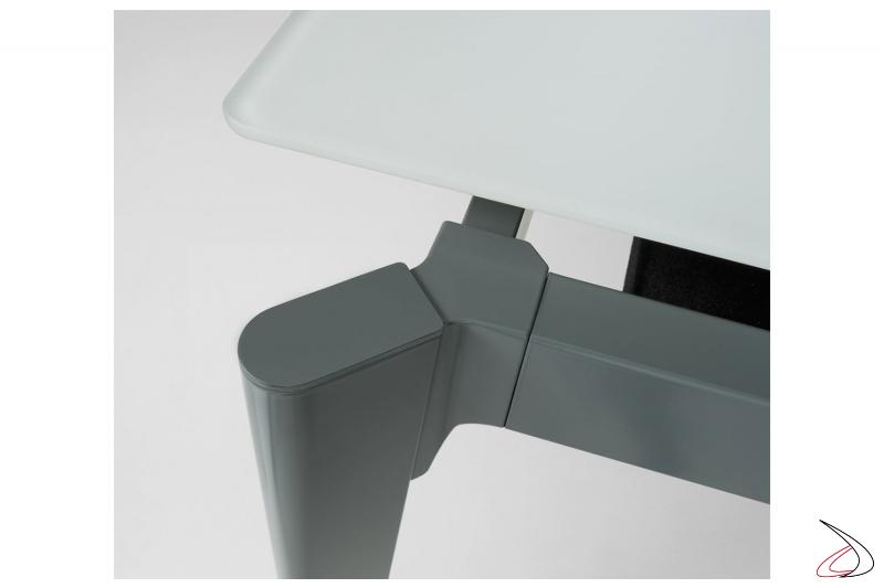 Tavolo di design allungabile con struttura in metallo verniciato e piano in vetro