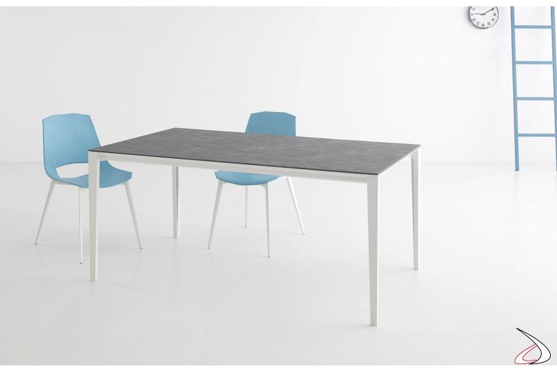 Tavolo moderno allungabile con piano in ceramica e gambe in alluminio telescopiche