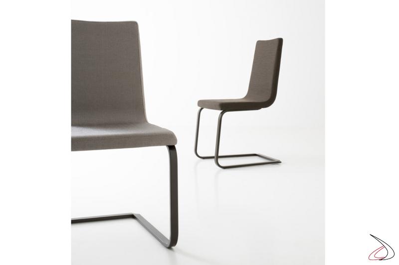 Sedia di design imbottita con gambe a slitta in metallo verniciato