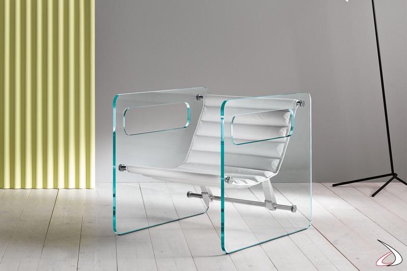 Poltrona moderna ed elegante con struttura in vetro temperato, grazie al particolare design le aperture possono fungere da braccioli. La seduta in pelle può essere regolata.