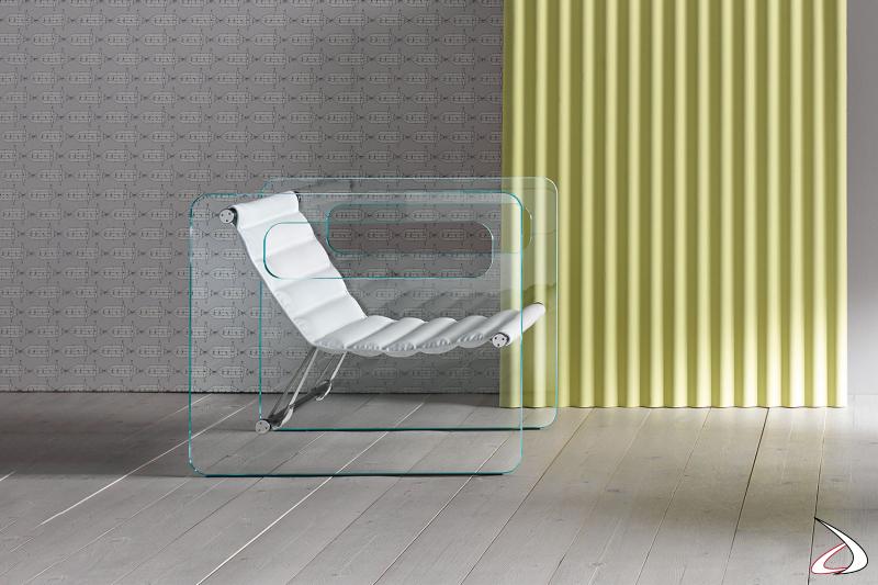 Poltrona moderna dal particolare design, dove la seduta sembra essere sospesa. La struttura in vetro ha due fori che fungono da braccioli.