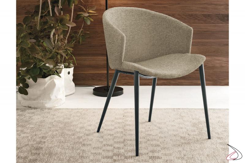 Poltroncina di design da soggiorno con schienale avvolgente imbottito